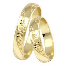 Zatím asi naši zlatí favoriti - ručně ryté snubáky ze žlutého zlata Ines gold (Brilas) - abstraktní rytina připomíná krajku, která by se měla objevit i na svatebních šatech.