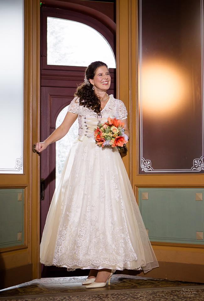 Naše inspirace pro hobití svatbu - Po dlouhém váhání to vypadá, že zvítězí některá z krajkou zdobených verzí svatebního dirndlu - lidového kroje původem z německy mluvících zemí. K šatům podobným tomuto dirndlu se nejvíce přiklání můj nastávající.