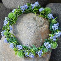 Hobití svatba - květiny - Jako hobitka Pomněnka (má přezdívka mezi přáteli, říká mi tak i můj milý) nemůžu jinak než mít na svatbě zastoupenou i světle modrou barvu a živé kytičky. Proč tedy ne na hlavu věnec s pomněnkami?