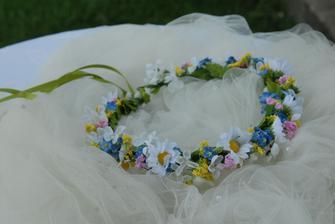 Že budu mít všude, kam to půjde, přiotané i pomněnky, je jasné. Nemusí to ale být jediné nastoupené květiny. No není takový věneček k hobitím svatebním šatům krásný? :-)