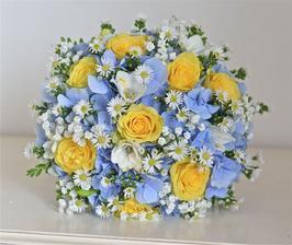 Není jisté, že to bude právě tato kytice, ale jisté je, že jsme se podle ní rozhodli vybrat naše svatební barvy. A jdeme netradiční cestou, neb jich nebude málo. Světle modrá, žlutá, bílá a zelená. Myslíte, že to může fungovat?