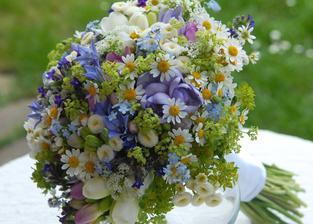 Tato kytice, to byla láska na první pohled a do velké míry nasměrovala cestu, kterou se ubírám u vymýšlení podoby naší svatební oslavy a výzdoby.