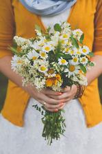 Základ všeho bude nejspíš ve žluté a zelené barvě, které budou doplňovat bílé šaty nevěsty, bílý základní ubrus a všudypřítomné světle modré pomněnky (a možná ženich bude ve světle modré).