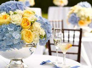Přemýšlím, jestli mít modrou zastoupenou jen pomněnkami nebo využít i jiných modrých květin. Vypadají věru krásně...