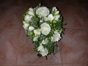 svadobná kytica - musela mať výdrž, fotili sme sa totiž až na druhý deň po svadbe...