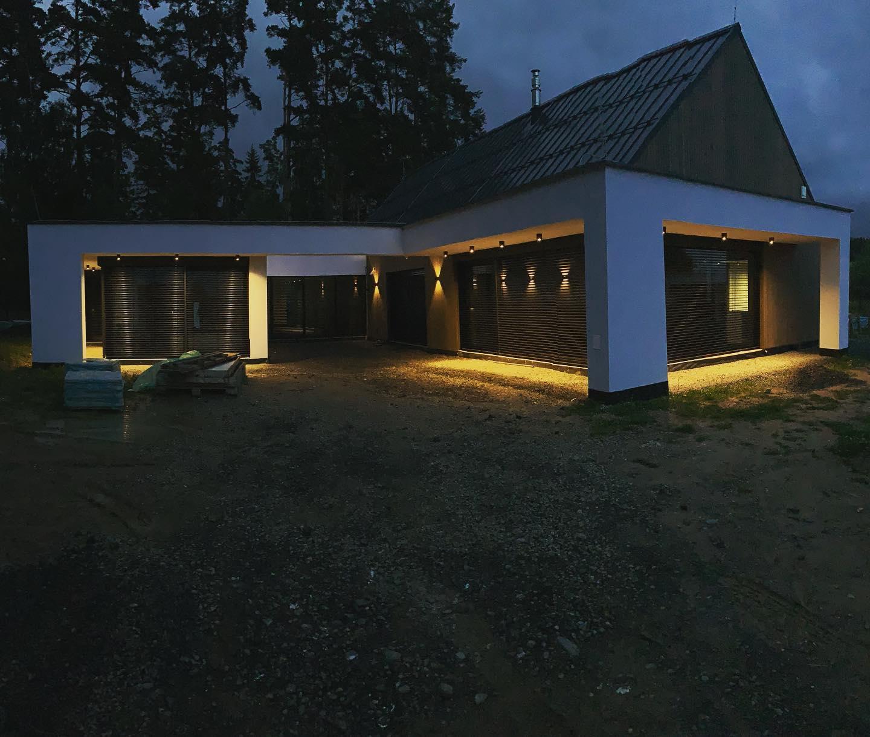 Náš projekt v Tatrách je každým dňom aj večerom krajší 🙂 Navrhli a zrealizovali sme smarthome od @loxone_cz 💚 a z našej dielne je aj návrh a dodanie kompletného osvetlenia od @weverducre💡. Ak staviate či stavbu plánujete ozvite sa nám a postaráme sa aj o váš projekt! - Obrázok č. 1