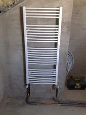 nové - namontovaný radiator v hornej kúpeľni