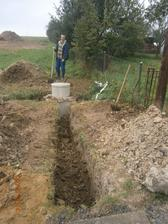 Tak a máme vodovodnú prípojku :-) A samozrejme, keď sme išli zahadzovať výkopy začalo pršať...Takže zase práca po daždi :-( Už nič prekvapujúce, to je tak stále, keď ideme niečo na pozemok robiť :-(