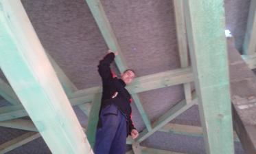 Manžel kontroluje strechu ☺