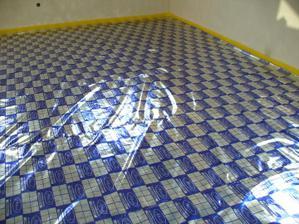 polozena folia pre podlahove kurenie......vyzera to super, normalne by sme brali takyto vzor....