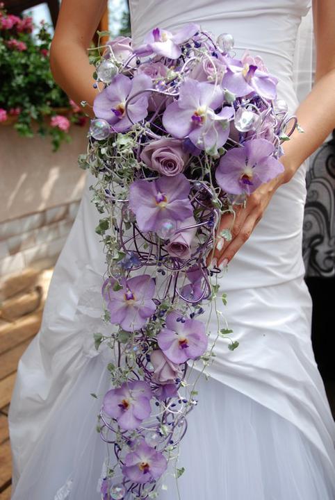 Náš deň D sa pomaličky blíži :-) - takúto kyticu budem mať - biele ruže a fialová orchidea