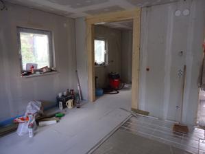 Pohled z obýváku na vstup do kuchyně - to dřevo zůstane pohledové
