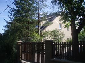 Pohled na dům přes sousedovic plot - chlubení se cizím peřím :-D (plot ještě nemáme)
