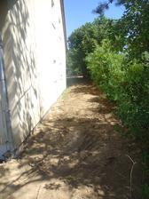 Srovnaná jižní strana - průjezd na zahradu