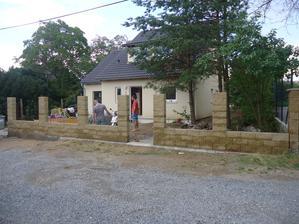 V půli druhého víkendu je plot postaven - zbývá nandat stříšky