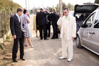 Ženich s kolonou čeká na nevěstu - foto Martin Rabovský