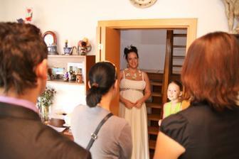 Ustrojená nevěsta před odchodem z domu - foto Martin Rabovský