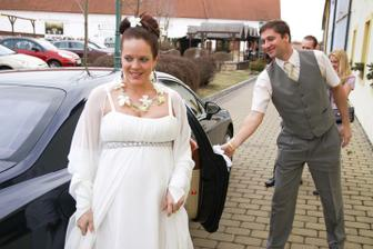 Nevěsta po příjezdu na místo obřadu - foto Martin Rabovský