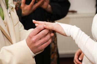 Ženich nevěstě - foto Martin Rabovský
