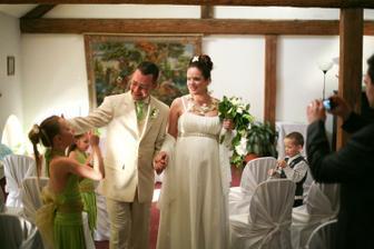 Odchod novomanželů z obřadu - foto Martin Rabovský