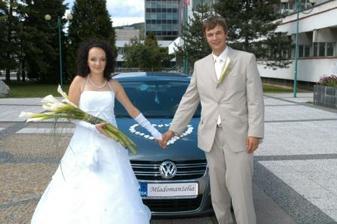 kvietky na aute sú objednané z internetu, značky mi dala najvacsia pomocna sila nasej svadby Petonela