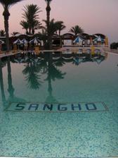 hotelový bazén skoro rano