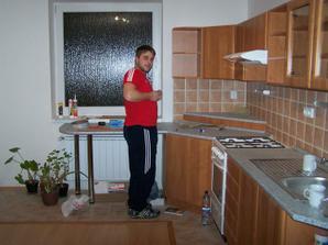 Povodny novy pracovny pult pod oknom, v priebehu 3 rokov ho vystriedal......