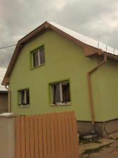 """...a domcek teraz uz aj s vymenenou strechou........a """"nádhernými"""" kvietkami na oknach :-)"""