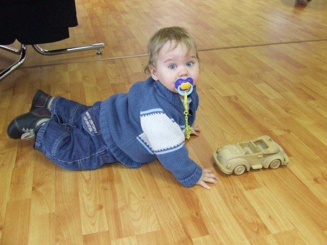 Predsvadobná príprava - A toto je náš synáčik s autíčkom v svadobke na dlážke.
