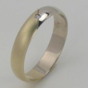 Predsvadobná príprava - No a takto budú vyzerať naše prstienky. Ja mam žlté zlato+kamienok a partner biele zlato bez kamienka. Pekné a jednoduché.
