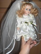 Na mojej rozkošnej bábike, ktorá pôsobí, ako nevestička.