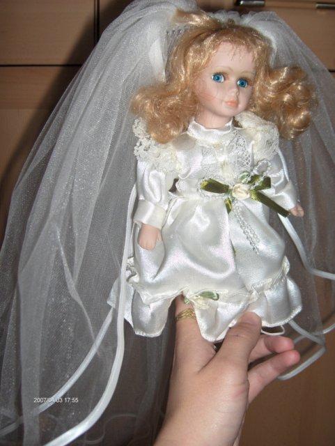 Predsvadobná príprava - Na mojej rozkošnej bábike, ktorá pôsobí, ako nevestička.
