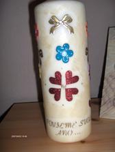 Svadobná sviečka zo zadu a  dole je nápis...si povieme svoje áno... a vpredu je dátum sobáša,