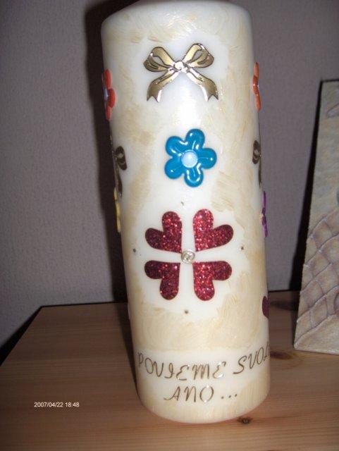 Predsvadobná príprava - Svadobná sviečka zo zadu a  dole je nápis...si povieme svoje áno... a vpredu je dátum sobáša,