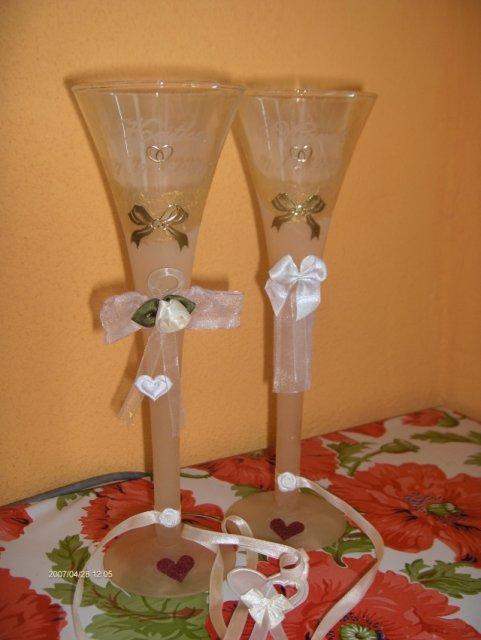 Predsvadobná príprava - Naše svadobné poháre už v plnej kráse. Troška som ich ešte sama doupravovala.Dolepila som tam mašličky a obrúčky a okraje som namaľovala akrilovou zlatou farbou.