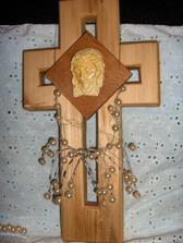 Detajl na môj strapatý náhrdelník a krížik, na ktorý som nalepila Ježiša. Je to veľmi starý a vzácny obrázok. Patril Marekovej nebohej mamičke, ktorá už je dávno v nebi. A preto, že sa nemôže zúčastniť našej svadby, bude prítomná aspoň v tom obrázku