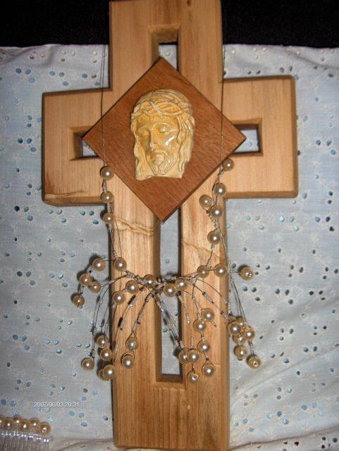Predsvadobná príprava - Detajl na môj strapatý náhrdelník a krížik, na ktorý som nalepila Ježiša. Je to veľmi starý a vzácny obrázok. Patril Marekovej nebohej mamičke, ktorá už je dávno v nebi. A preto, že sa nemôže zúčastniť našej svadby, bude prítomná aspoň v tom obrázku
