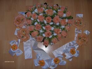 Naša svadobná ozdoba na auto. Dnes som ju kúpila od Evičky, ďakujem. Tie menšie kvety s mašličkami pôjdu na bočné dvere a máme tam ešte ďalšie ozdoby. Je to v tvare srdca a veeeeeeeľmi krááásne.