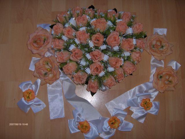 Predsvadobná príprava - Naša svadobná ozdoba na auto. Dnes som ju kúpila od Evičky, ďakujem. Tie menšie kvety s mašličkami pôjdu na bočné dvere a máme tam ešte ďalšie ozdoby. Je to v tvare srdca a veeeeeeeľmi krááásne.