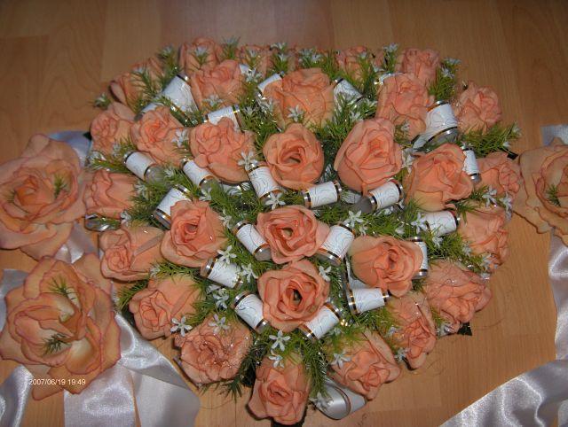 Predsvadobná príprava - Detajl srdca. Kvety sú oranžové. Tie mašle mi trocha pripadali, ako pohrebné, ale na vlastné oči pôsobia úplne ináč. Nakoniec ich tam necháme, aj keď som mala v pláne ich dať preč.