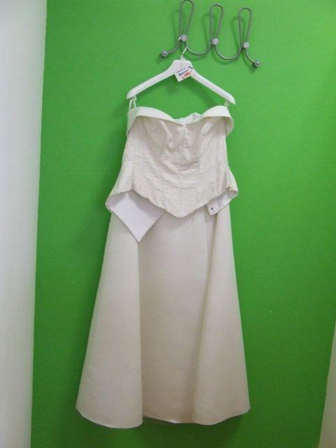 Predsvadobná príprava - Moje krásne svadobné šaty...ešte na vešiaku.