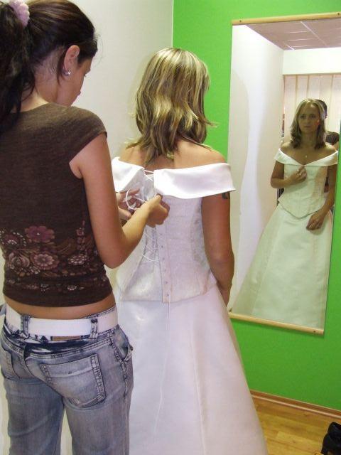 Predsvadobná príprava - A už sa obliekam, slečna asistentka robí, čo sa len dá.