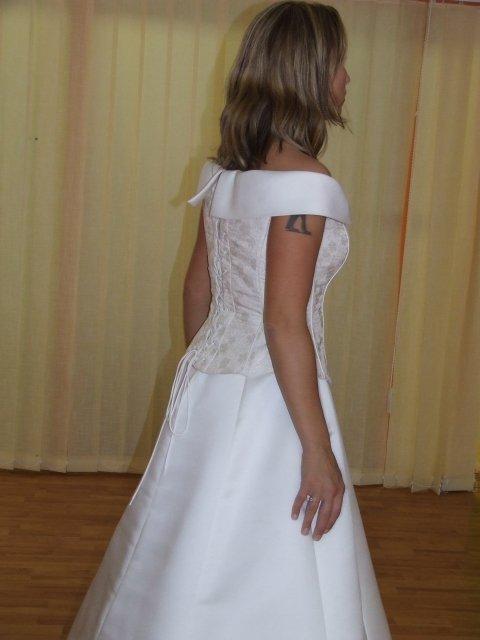 Predsvadobná príprava - Pohľad z boku, tetovanie je celkom decentne zakryté.