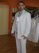 Marek v plnej paráde, len tú košeľu si netreba všímať....to tam také nebude. Ešte francúzska kravata a svetlá košeľa a je to dokonalé.