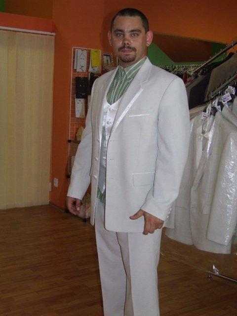 Predsvadobná príprava - Marek v plnej paráde, len tú košeľu si netreba všímať....to tam také nebude. Ešte francúzska kravata a svetlá košeľa a je to dokonalé.