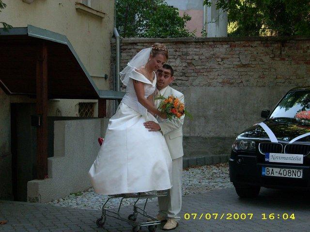 Katka{{_AND_}}Marek Staňovci - Dobre vidíte, stojím v nákupnom vozíku. Manžel si ma kúpil v Tescu za 5,50 Skk.