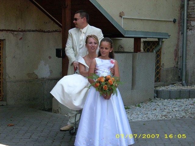 Katka{{_AND_}}Marek Staňovci - S mojim manželom a krásnou družičkou Luckou. idú ma vrátiť, vraj som pokazená a ešte v záruke. Výmena za navú ženu...možná? Nemožná! Už ma má nadoživotie, aj takú pokazenú!