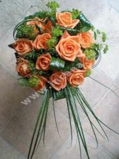 kytičku asi klasickou, jen oranžové růže víc uzavřené a místo zeleného bílé