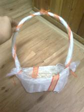 skioromanžel nazdobil košíček pro družičku