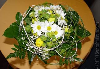 Mám ráda kopretiny, ty ale v září nekvetou tak zvolím chryzantémy. Toto je jedna z možností